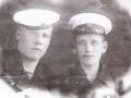 Хлебов Николай Николаевич (слева, в бескозырке)
